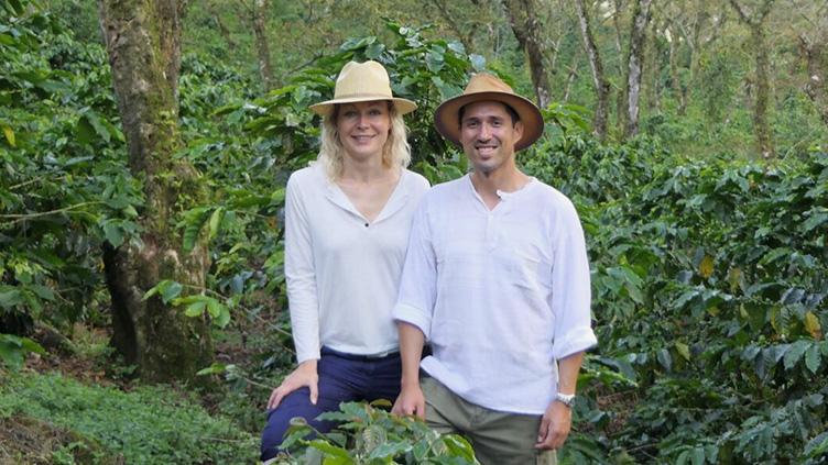 Anne und Efra auf ihrer Kaffeeplantage